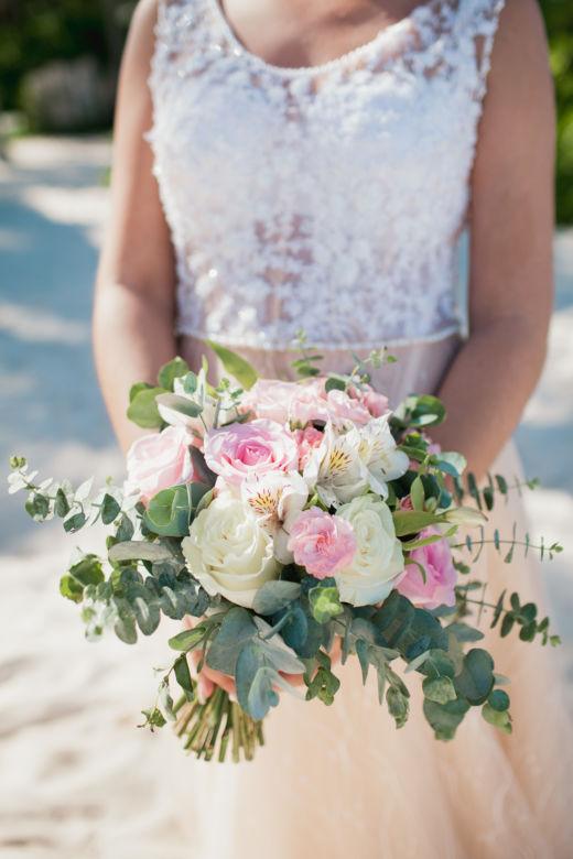 Свадбеный букет из белых и розовых роз с эвкалиптом – WedDesign – Свадьба в Доминикане