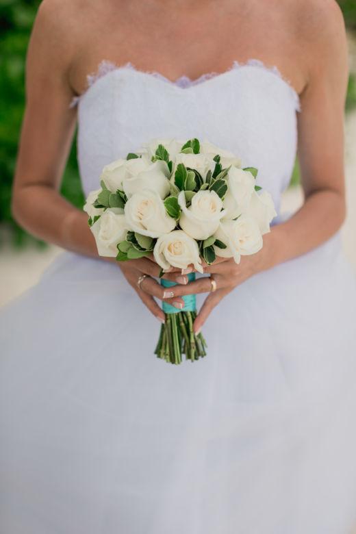 Круглый букет из белых роз и зелени – WedDesign – Свадьба в Доминикане