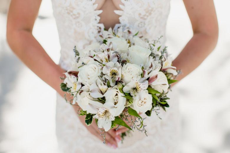 Круглый букет в белом цвете с лимониумом – WedDesign – Свадьба в Доминикане