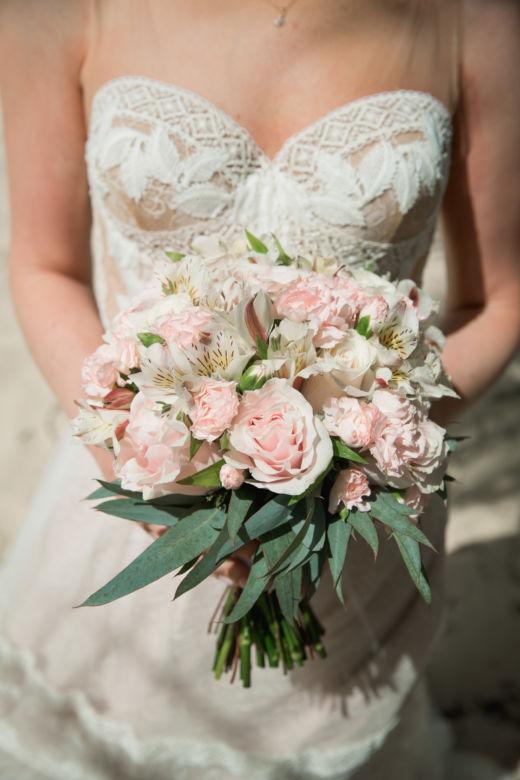 Нежный круглый букет с длинной зеленью – WedDesign – Свадьба в Доминикане