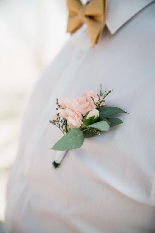 Бутоньерка в розовом цвете – WedDesign – Свадьба в Доминикане