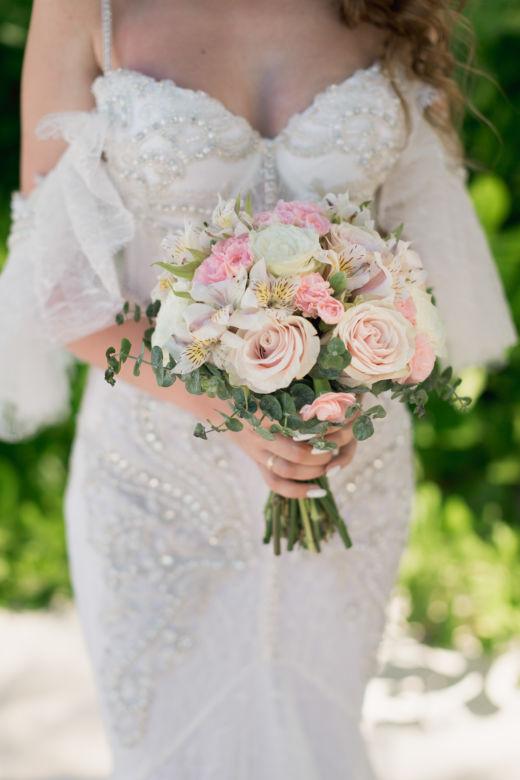 Круглый нежный букет с альстромерией – WedDesign – Свадьба в Доминикане
