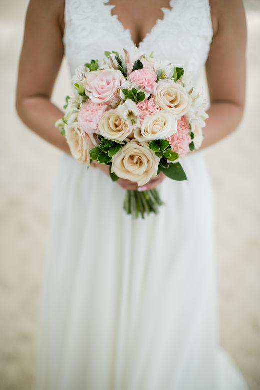 Букет круглой формы в пудровом цвете – WedDesign – Свадьба в Доминикане