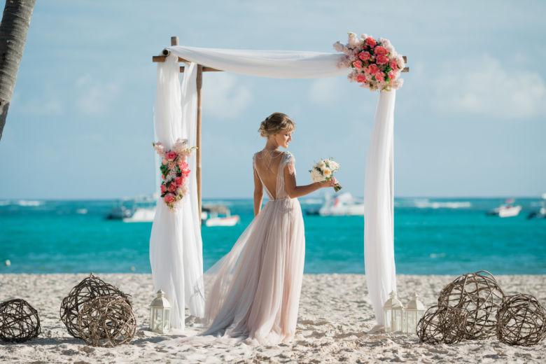 Искусственные цветы. Свадебная арка в стиле рустик с белой тканью – WedDesign – Свадьба в Доминикане