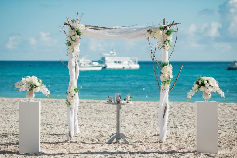 Арка с искусственными цветами и деревянными ветками – WedDesign – Свадьба в Доминикане