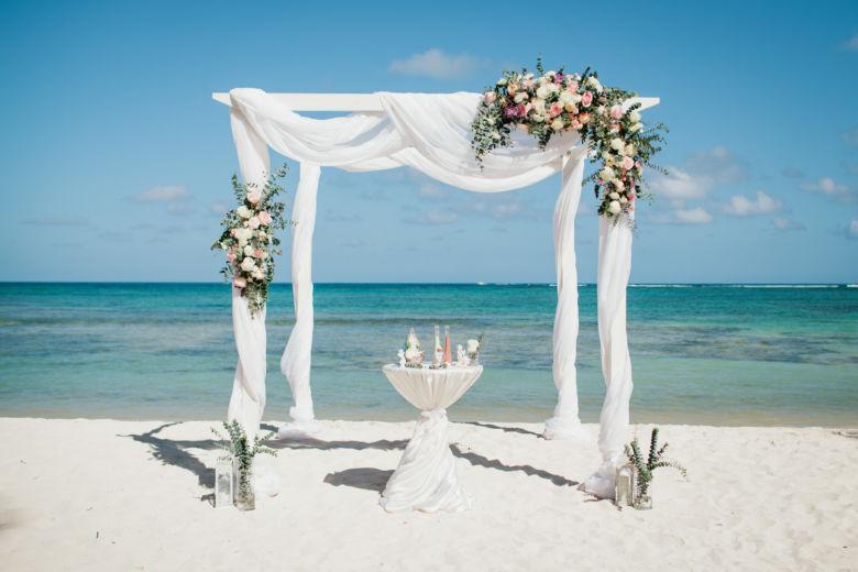 Живые цветы. Арка из белого бруса с белой тканью – WedDesign – Свадьба в Доминикане