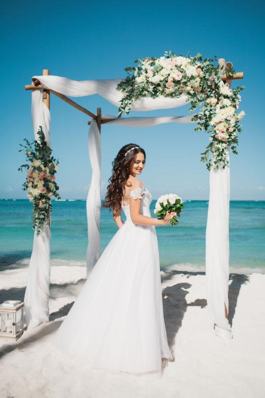 Живые цветы. Белая арка и плетенные шары – WedDesign – Свадьба в Доминикане