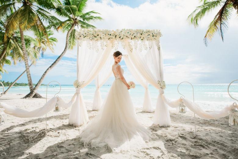Арка с живыми цветами в пудровом цвете – WedDesign – Свадьба в Доминикане
