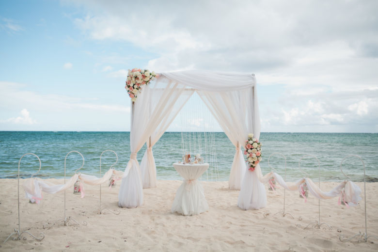 Живые цветы бело-пудровая арка – WedDesign – Свадьба в Доминикане