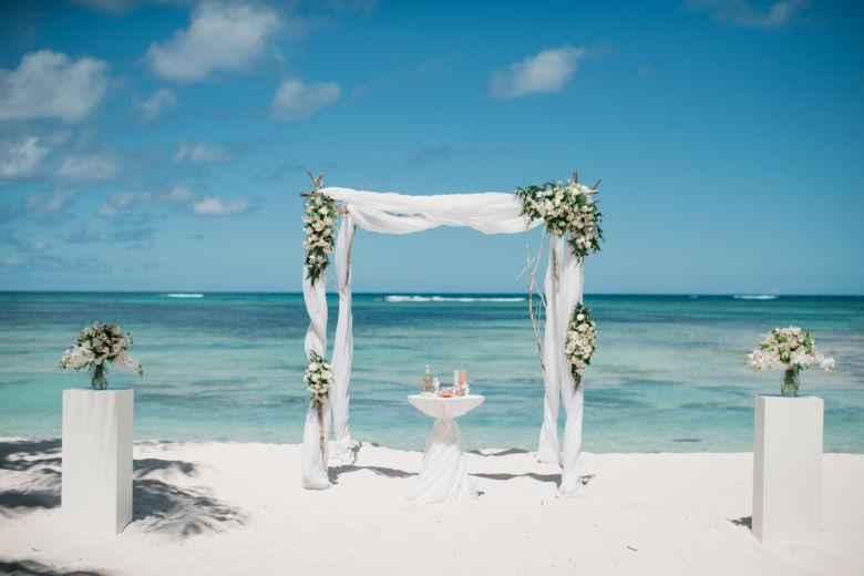 Оформление альстромерией, розами и зеленью– WedDesign – Свадьба в Доминикане