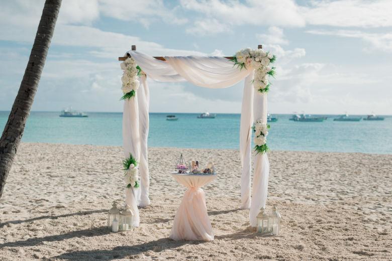 Пудрово-белая арка с асимметричными цветами – WedDesign – Свадьба в Доминикане