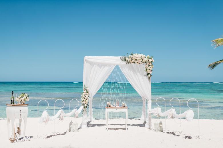 Белая арка с живыми цветами– WedDesign – Свадьба в Доминикане