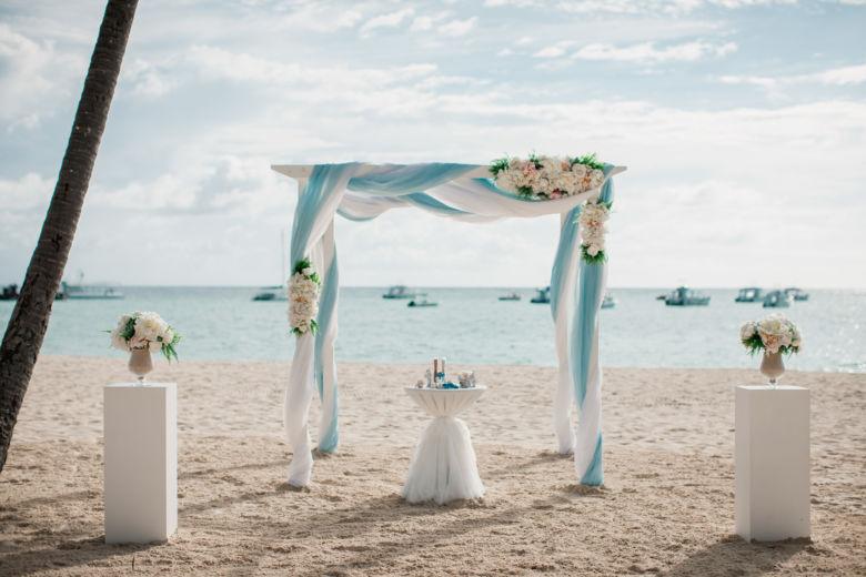 Белый брус в нежно-голубом оформлении– WedDesign – Свадьба в Доминикане