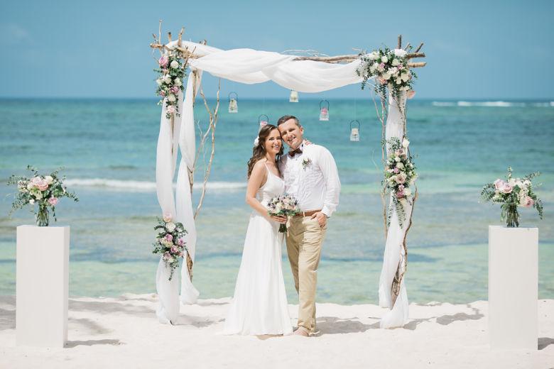 Живые цветы в сиреневом цветы. Арка из веток с белыми колоннами – WedDesign – Свадьба в Доминикане