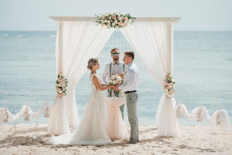 Живые цветы и белый брус – WedDesign – Свадьба в Доминикане