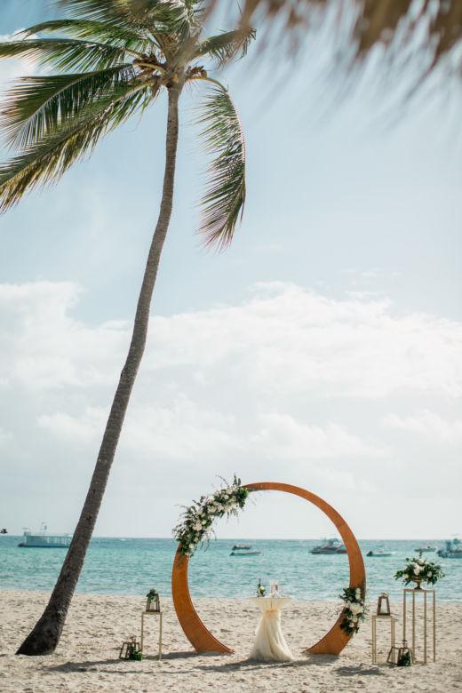 Живые цветы. Круглая деревянная арка – WedDesign – Свадьба в Доминикане