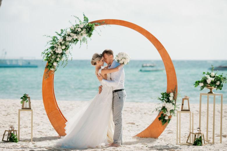 Живые цветы. Круглая деревянная арка– WedDesign – Свадьба в Доминикане