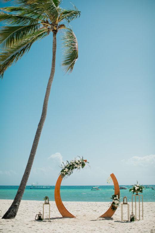 Круглая арка оформленная живыми цветами – WedDesign – Свадьба в Доминикане