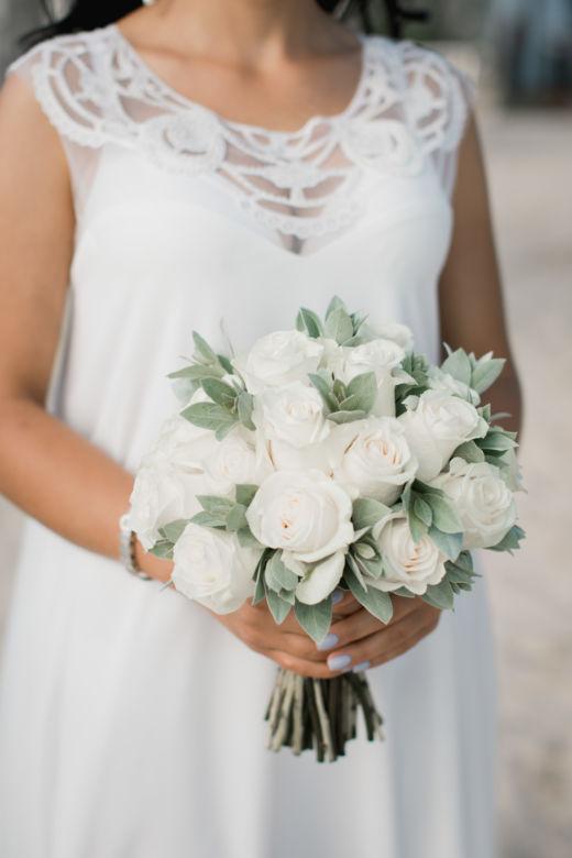 Букет из белых роз и фисташки – WedDesign – Свадьба в Доминикане