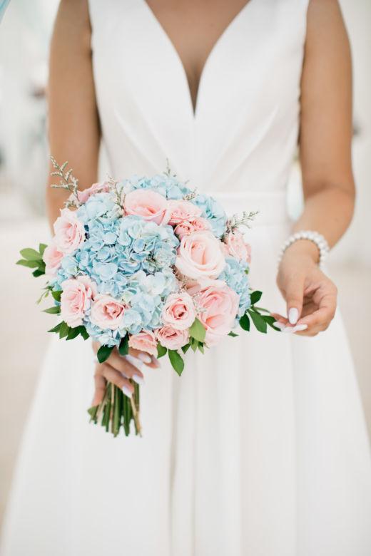Букет с голубой гортензией и розами – WedDesign – Свадьба в Доминикане