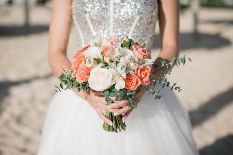 Круглый букет невесты с яркими розами – WedDesign – Свадьба в Доминикане