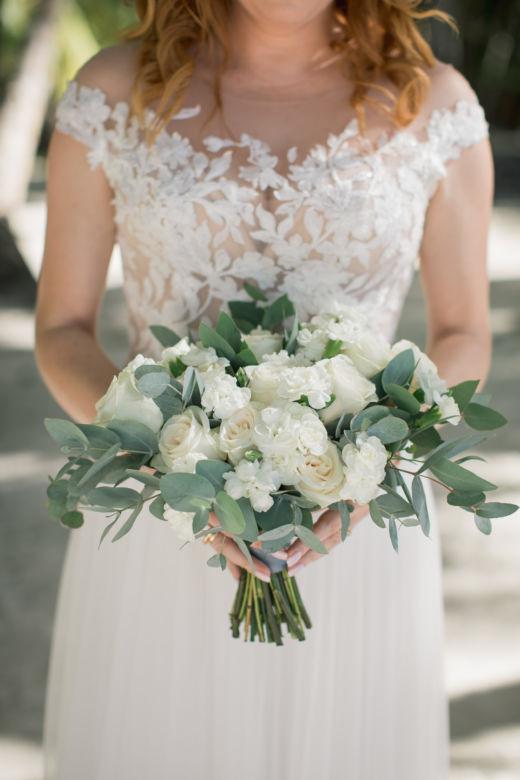 Растрепыш с белыми розами – WedDesign – Свадьба в Доминикане