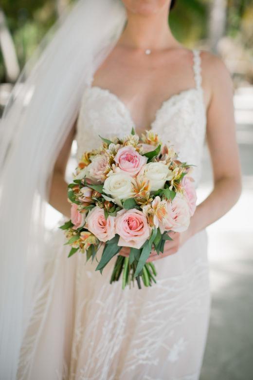 Букет с яркой альстромерией – WedDesign – Свадьба в Доминикане