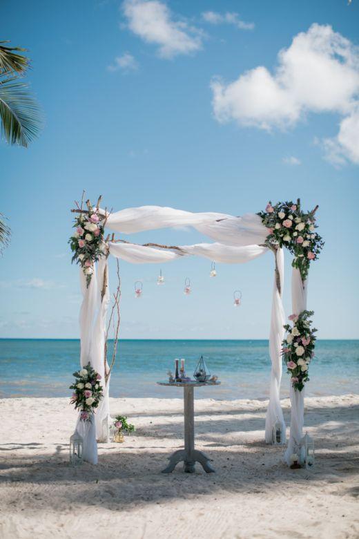 Живые цветы и ветки – WedDesign – Свадьба в Доминикане