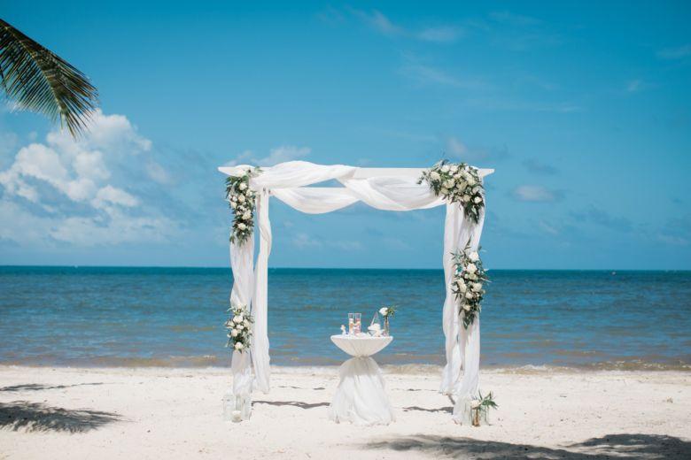 Живые цветы. Белый брус – WedDesign – Свадьба в Доминикане