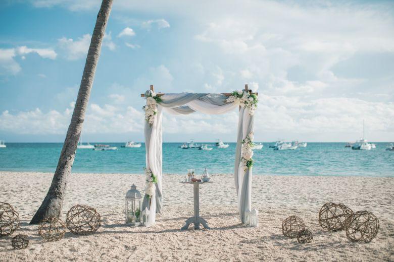 Искусственные цветы. Серая арка – WedDesign – Свадьба в Доминикане
