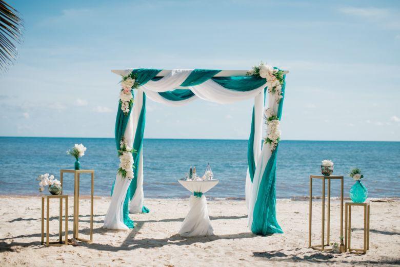 Искусственные асимметричные цветы. Белый брус и тиффани – WedDesign – Свадьба в Доминикане