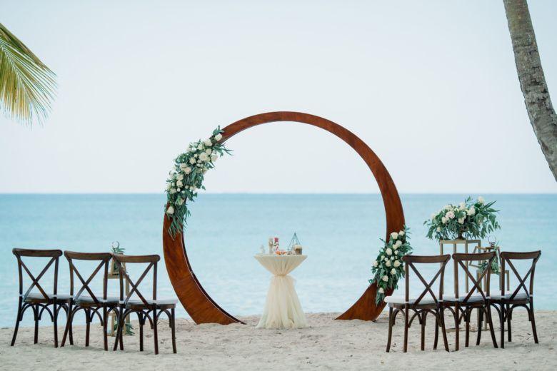 Живые цветы. Круглая арка с металлическими стойками – WedDesign – Свадьба в Доминикане