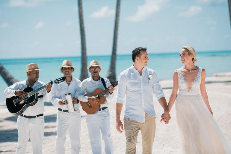 Свадебная церемония на пляже Хуанийо в Кап Кане с живыми цветами – WedDesign – Свадьба в Доминикане