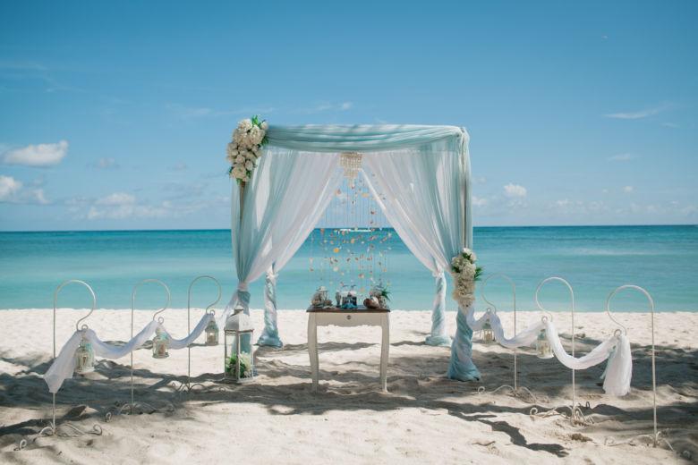 Нежно голубой и белый. Цветы ассиметричные белые пионы. Полунавес и шлейф – WedDesign – Свадьба в Доминикане