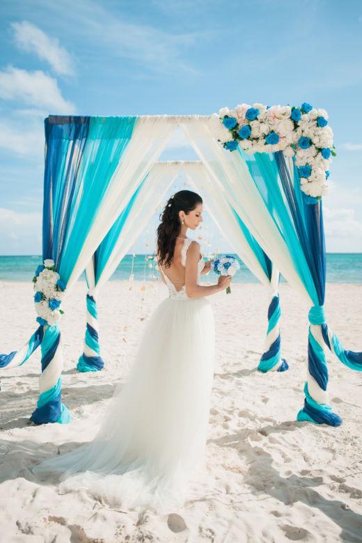 Синий, бирюза и белый. Асимметричная цветочная композиция. Крючки с синими шарами – WedDesign – Свадьба в Доминикане