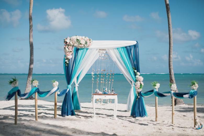 Синий, бирюзовый и белый. Бамбуковая арка и столбики. Асимметричные цветы – WedDesign – Свадьба в Доминикане