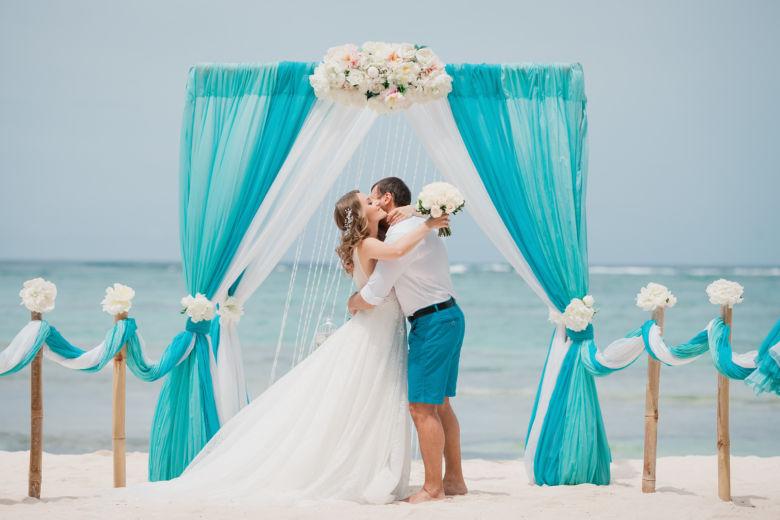 Тиффани, бирюза и белый. Нежные пионы. Бамбуковые столбики – WedDesign – Свадьба в Доминикане