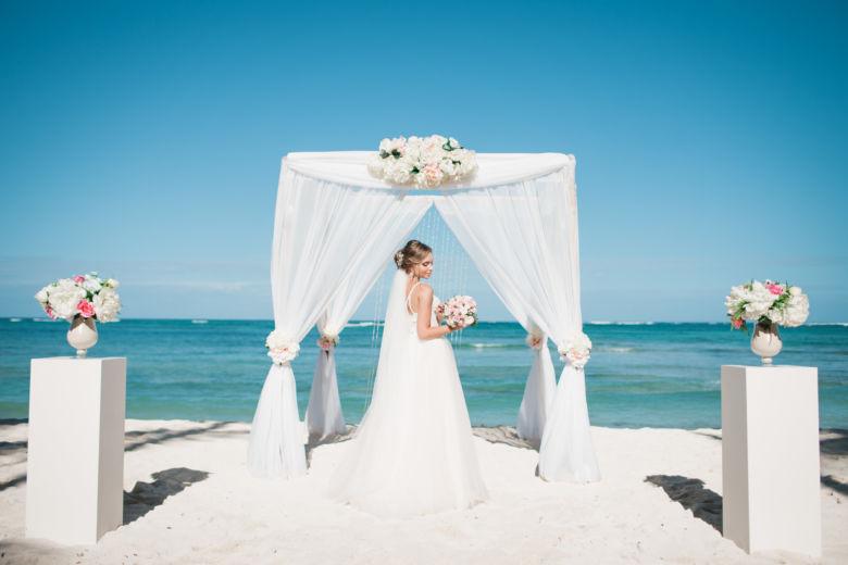 Бамбук. Белая ткань. Навес. Центральная композиция. Колонны – WedDesign – Свадьба в Доминикане