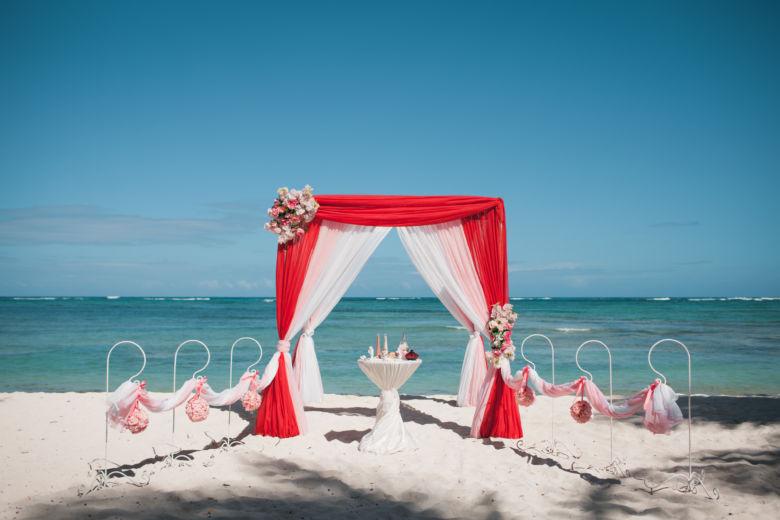 Красный, розовый и белый. Асимметричные розовые цветы. Крючки с розовыми шарами – WedDesign – Свадьба в Доминикане
