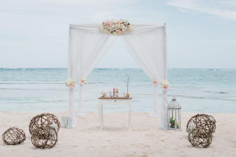 Бамбук. Белая ткань. Центральная композиция. Плетеные шары – WedDesign – Свадьба в Доминикане