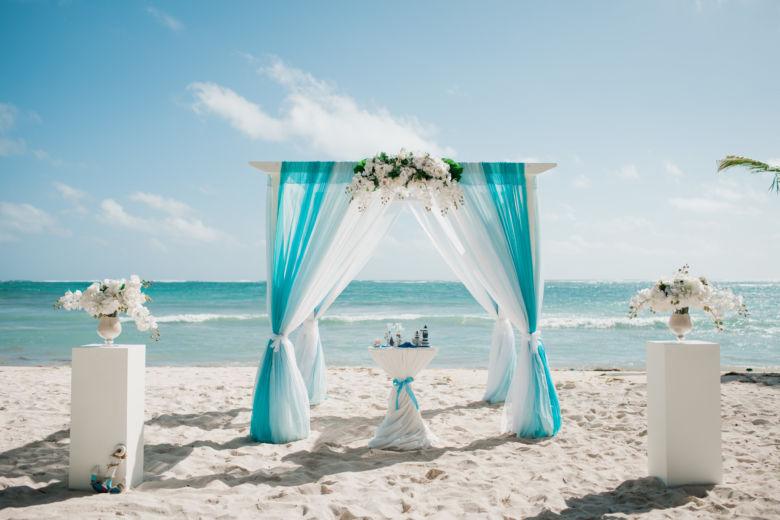 Бирюзовая арка из белого бруса с орхидеями – WedDesign – Свадьба в Доминикане