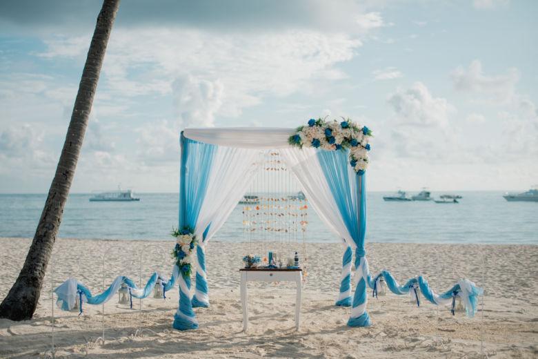 Васильковый и белый. Асимметричные цветы – WedDesign – Свадьба в Доминикане