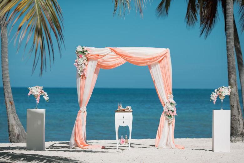 Персиковый и белый. Колонны с цветами – WedDesign – Свадьба в Доминикане