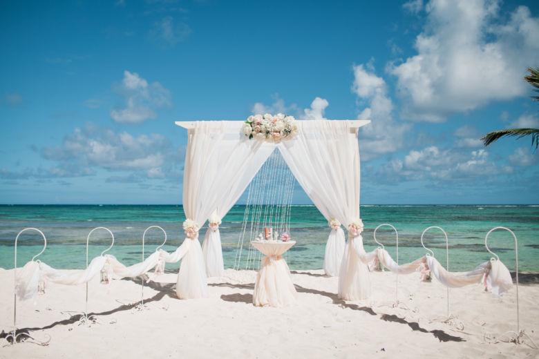 Белый брус. Белая и пудровая ткань. Центральная композиция. Крючки – WedDesign – Свадьба в Доминикане