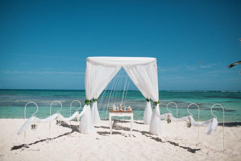 Бамбуковая белая арка без цветов – WedDesign – Свадьба в Доминикане