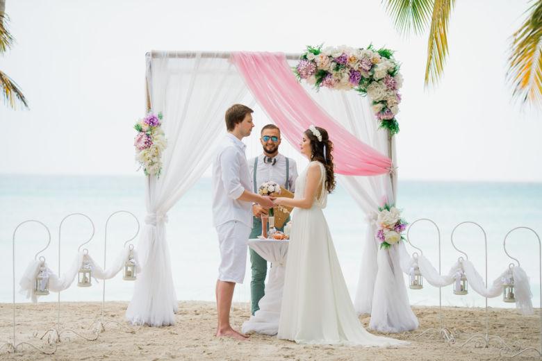 Бамбук. Белая и розовая ткань. Асимметричные фиолетовые цветы – WedDesign – Свадьба в Доминикане