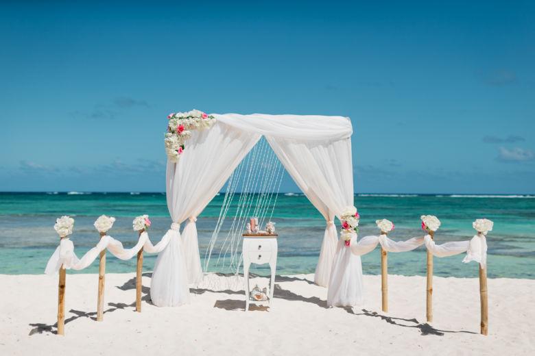 Бамбук. Белая ткань. Асимметричные цветы. Бамбуковые столбики – WedDesign – Свадьба в Доминикане