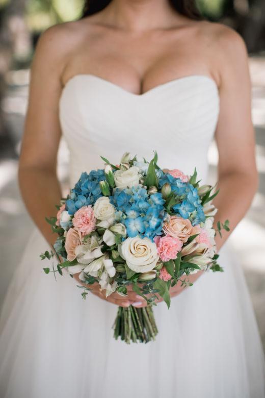 Круглый букет с синей гортензией – WedDesign – Свадьба в Доминикане