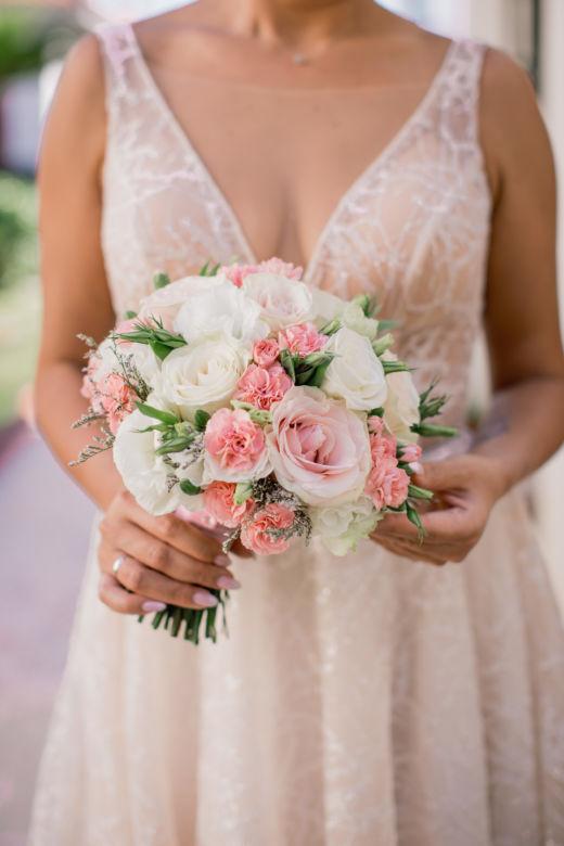 Круглый букет с лизиантусом – WedDesign – Свадьба в Доминикане