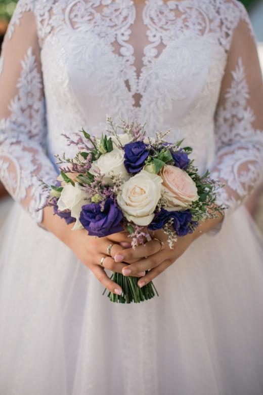 Букет с фиолетовой эустомой – WedDesign – Свадьба в Доминикане
